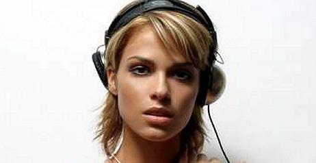 una DJ in topless