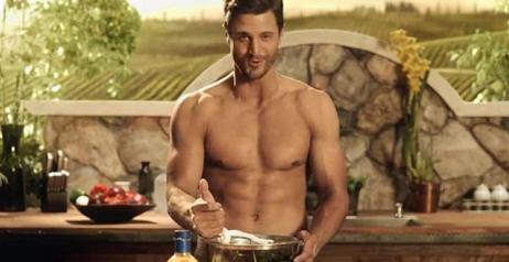 L'uomo è sexy in cucina